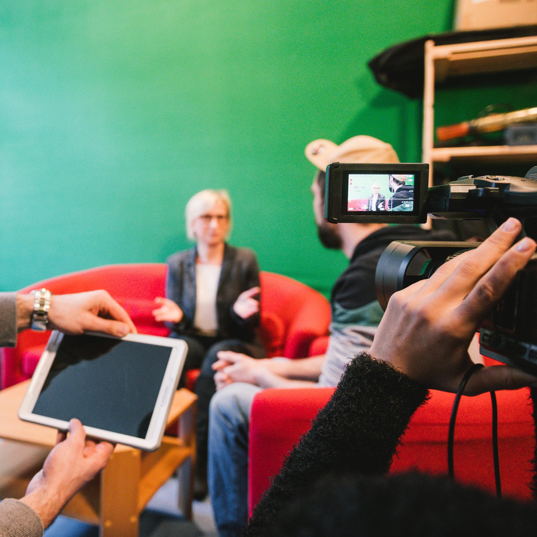 Blick auf einen Interviewsituation, welche gefilmt wird.