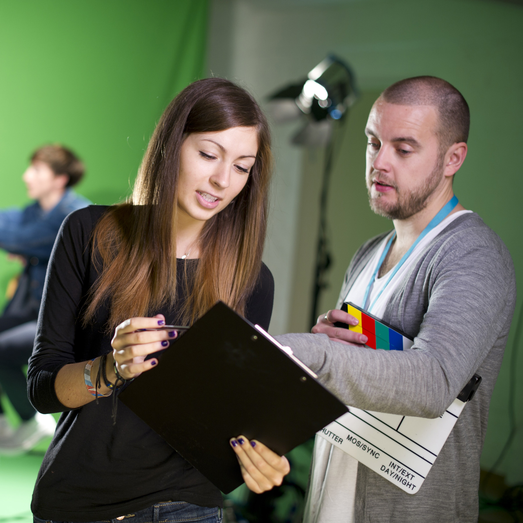Zwei Menschen in einem Fernsehstudio.