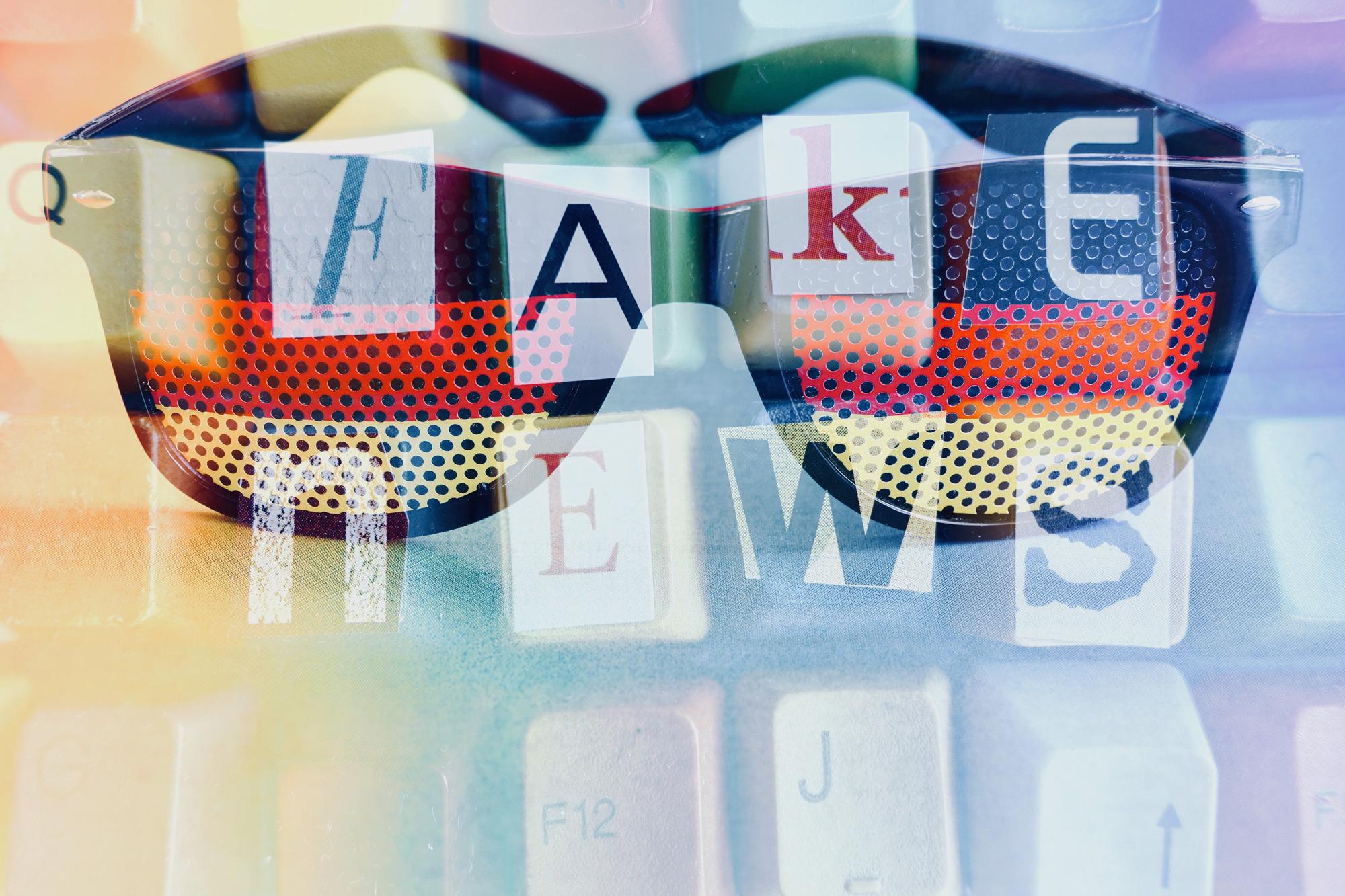 """Sonnenbrille mit Spiegelung einer Tastatur und des Schriftzugs """"Fake News"""""""