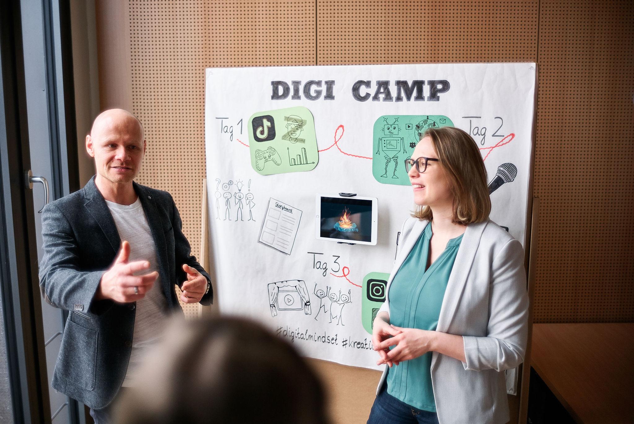 Zwei Personen vor einer Wand mit Planungen zu einem Digi-Camp